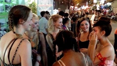 Nhiều du khách nữ đến chung vui ở quán DMZ - tụ điểm vui chơi lớn nhất ở phố Tây