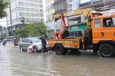 Xe cứu hộ đến giúp một xe hơi bị tắt máy ở đường Bà Triệu