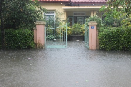 Lũ tràn vẫn còn ngập ở nhiều nhà dân trong TP Huế