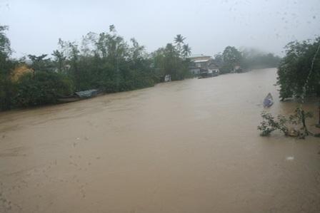 Nước lũ trên sông đi qua Bao Vinh