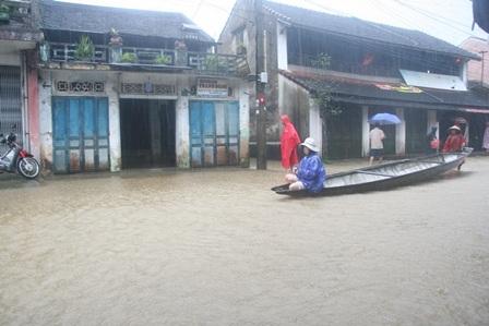 Ghe chờ khách để đưa về vùng trũng ở đoạn phố cổ Bao Vinh