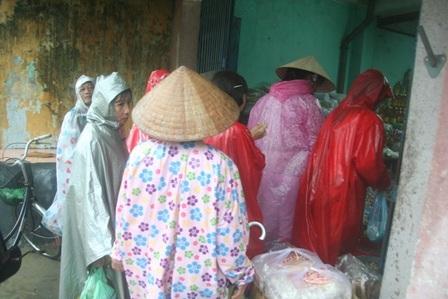 Người dân Hương Trà vội vã mua đồ tích trữ