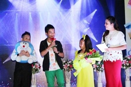 Quang Anh (áo vest đen) biểu diễn và giao lưu với khán giả Huế trong đêm 2/11