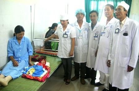 Đội ngũ y bác sĩ BV Hương Thủy bên mẹ con sản phụ mà BV vừa cứu sống thành công