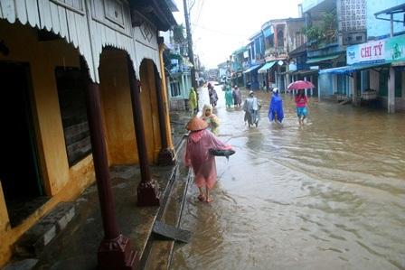 Con đường qua phố cổ Bao Vinh đã bị ngập