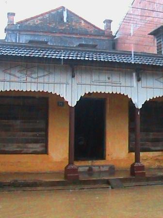 Các căn nhà cổ bị nước lũ bủa vây
