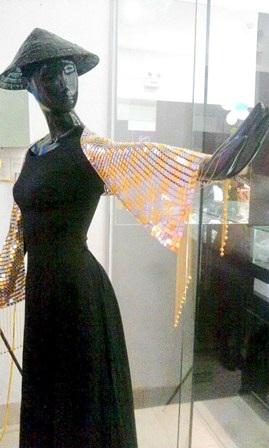Chiếc khăn vàng trên có giá trị gần 2 tỷ đồng, được