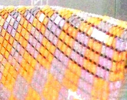 Những miếng vàng được đính để làm nên chiếc khăn rằn này