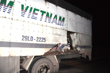 Xe tải 29LD-2225 bị đâm vào thùng xe rách toác