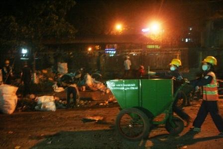 Lực lượng được huy động đến điểm dọn rác