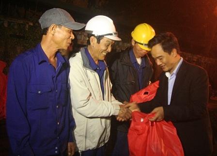 Công nhân của Công ty TNHH NN MTV Môi trường và Công trình đô thị Huế tất bật dọn rác đêm Giao thừa