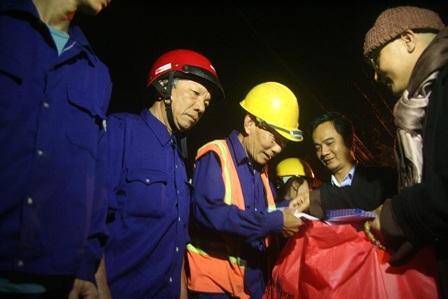 Đại đức Thích Vân Pháp, Trụ trì chùa Từ Vân (Huế) trao quà cho công nhân