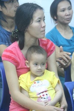 Cháu Tuyết bị ung thư máu cùng mẹ đón Giao thừa ở BV Trung ương Huế