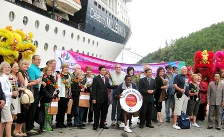 Hơn 2.000 khách quốc tế trên tàu du lịch 5 sao xông đất Huế