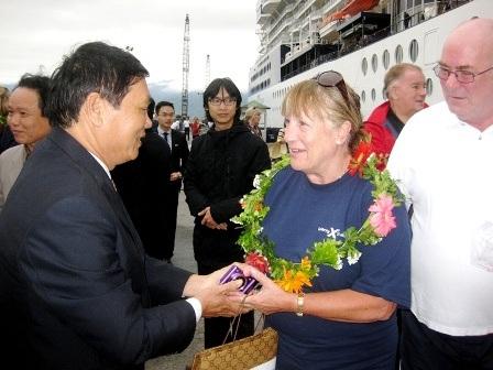Trao hoa và quà lưu niệm cho du khách