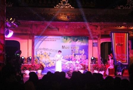 Đêm thơ thu hút đông đảo khán giả xứ Huế dù trời lạnh căm căm với nhiệt độ chỉ 13 độ