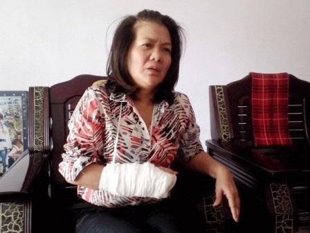 Bà Lan đau đớn kể lại sự việc bị chồng đánh gãy tay