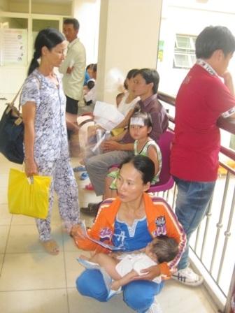 Bệnh nhi đứng đầy ở các hành lang Trung tâm Nhi khoa, BV Trung ương Huế