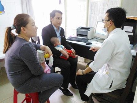 Các bác sĩ hướng dẫn tận tình cho người nhà bệnh nhân