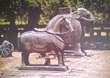 2 chú ngựa và voi đá sân chầu lăng Thiệu Trị đứng ở vị trí ngoài cùng