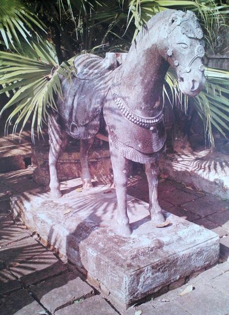 Ngựa đứng ở sân chầu lăng vua Đồng Khánh