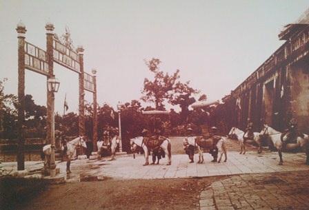 Đội ngựa nghi lễ đứng ở cửa Điện Thái Hòa