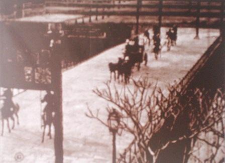 Đoàn xe ngựa hoàng gia đi qua cầu Trung đạo ra cửa Ngọ Môn