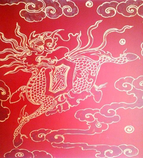 Long Mã trang trí trên hộp đựng mũ thời Nguyễn