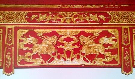 Trang trí trên liên ba lăng vua Đồng Khánh 2 con Long Mã chầu nhau