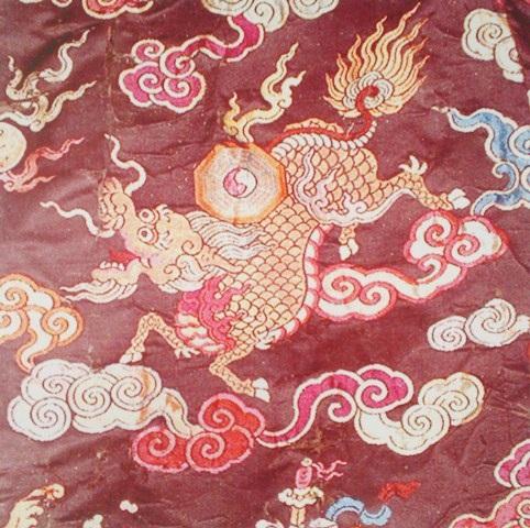 Long Mã trang trí trên trang phục của quan thời Nguyễn