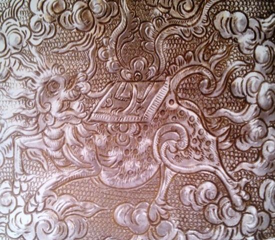 Cơi trầu bằng bạc chạm trổ con Long Mã rất tinh xảo