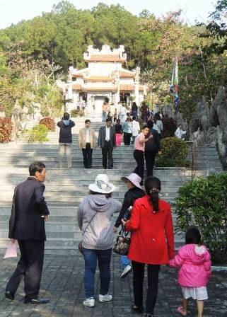 Du khách thăm khu đền thờ Huyền Trân công chúa - Phật hoàng Trần Nhân Tông tại Huế