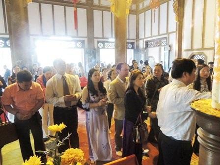 Đông đảo khách địa phương và thập phương trước bàn thờ công chúa