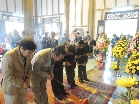 Thắp hương vái lạy cầu nguyện ngày đầu năm