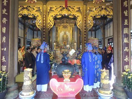 Các bô lão làm lễ ở điện thờ công chúa Huyền Trân