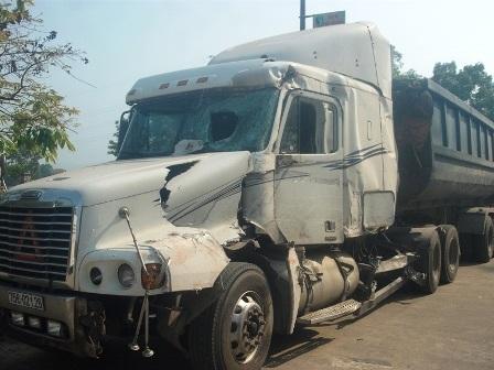 Chiếc xe khách và xe tải bị hư hỏng nặng