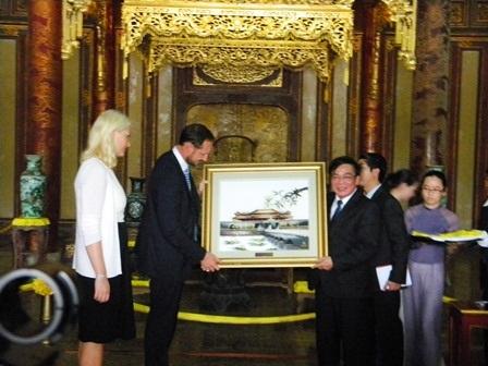 Thái tử Haakon và Công nương Mette Marit thăm Hoàng Cung Huế