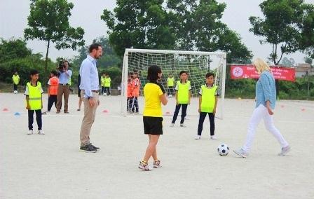2 vợ chồng Thái tử, Công nương đá giao bóng với học sinh bắt đầu ngày hội bóng đá của FFAV