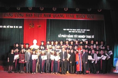 Các học viên nhận bằng thạc sĩ khoá đầu tiên tại Học viện Âm nhạc Huế.