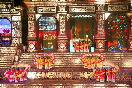 Những đóa hoa quạt trên 3 tầng sân khấu
