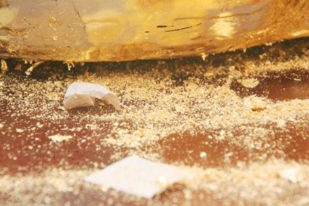 Các bột vàng rơi ra trong quá trình làm