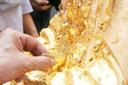 Dán các miếng vàng vào tượng