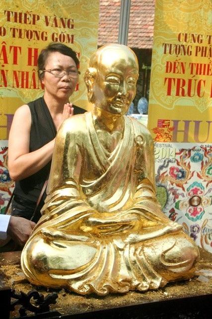 Tượng Phật hoàng sau khi thếp vàng hoàn chỉnh