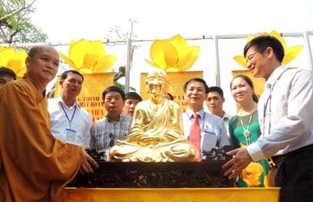 Trao tặng cho đại diện Thiền Viện Trúc Lâm Bạch Mã Huế