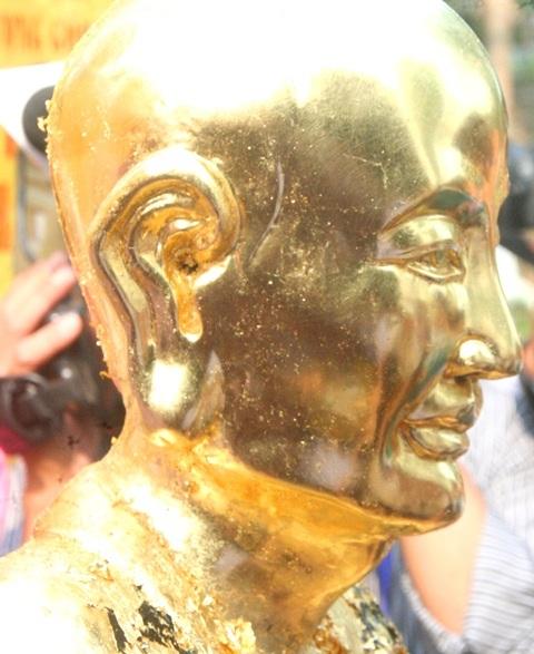 Phần đầu pho tượng gốm đã được thếp xong