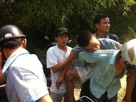 Một người dân được cõng xuống từ núi sau khi bị ngất xỉu