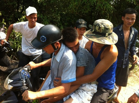 2 người dân dũng cảm cứu rừng bị ngất xỉu được đưa vào bệnh viện