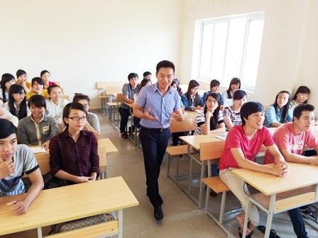Thầy giáo Long hăng say giảng dạy trên lớp ở Khoa Du lịch, Đại học Huế