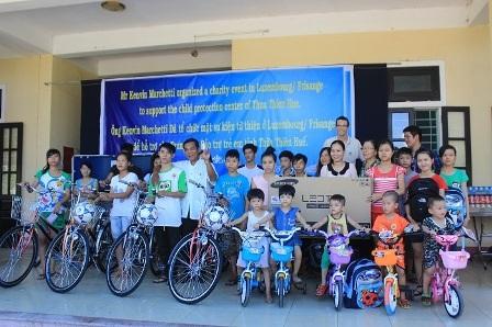 Các em trẻ em nghèo Huế nhận quà hỗ trợ cuộc sống