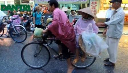 Các phu xe thồ chờ khách ở chợ Đông Ba